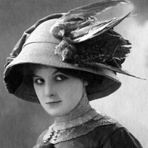 femme portant une perruche de caroline morte sur son chapeau